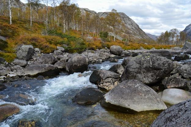 Manafossen, noruega linda cachoeira do norte.