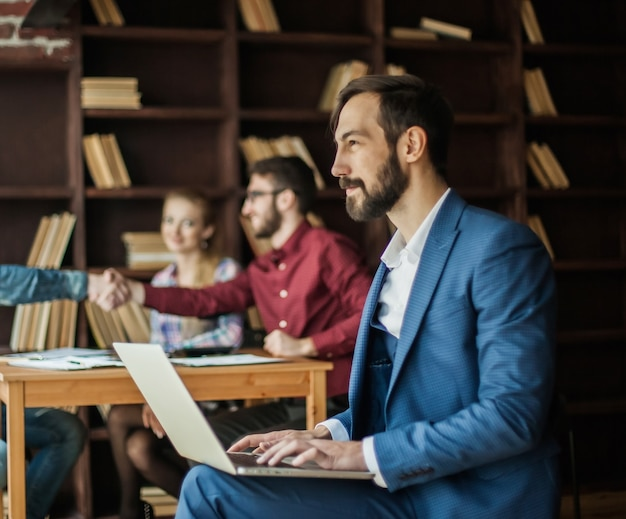 Manager finance trabalha com os gráficos de marketing no laptop