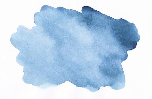 Mancha azul de tinta aquarela sobre fundo branco