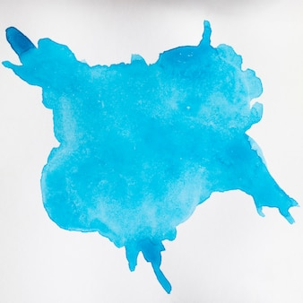 Mancha azul pintado à mão na superfície branca