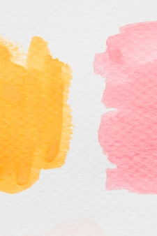 Mancha de aquarela amarela e vermelha em papel branco