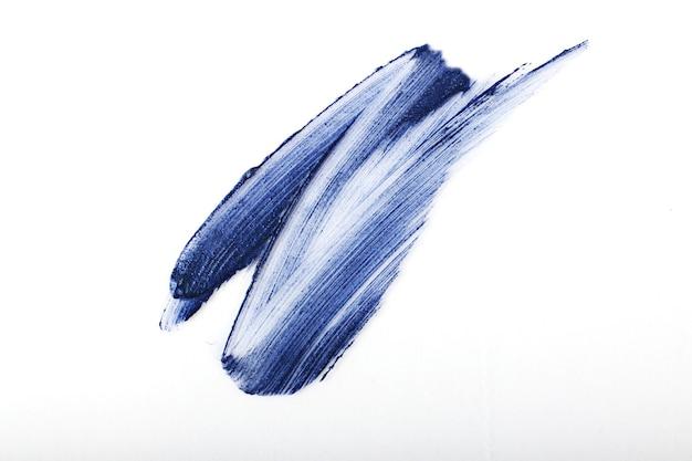 Mancha de batom azul. conceito de cosméticos. isolado em branco. tonalidade clássica de azul - cor do ano de 2020. textura de batom brilhante.