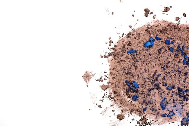 Mancha de textura esmagada de sombra marrom e azul contra um fundo branco. espaço vazio