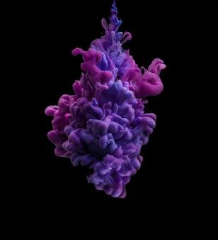 Mancha de tinta em tons roxos e azuis