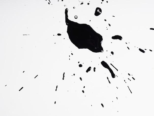 Mancha preta com tinta preta sobre fundo branco, fundo abstrato.