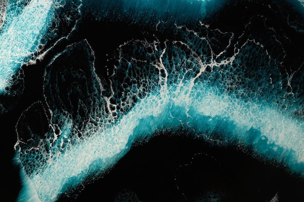 Manchas abstratas do líquido endurecido de epóxi que imita as ondas do mar e a textura da água. vista do topo
