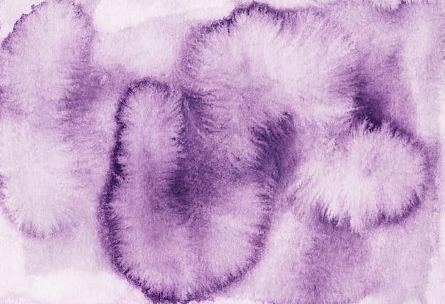 Manchas de aquarela violeta em fundo de papel branco. pintado à mão