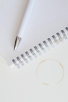 Manchas de café e caderno