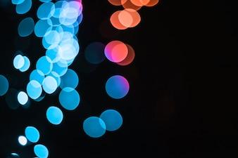 Manchas de luz azuis e alaranjadas