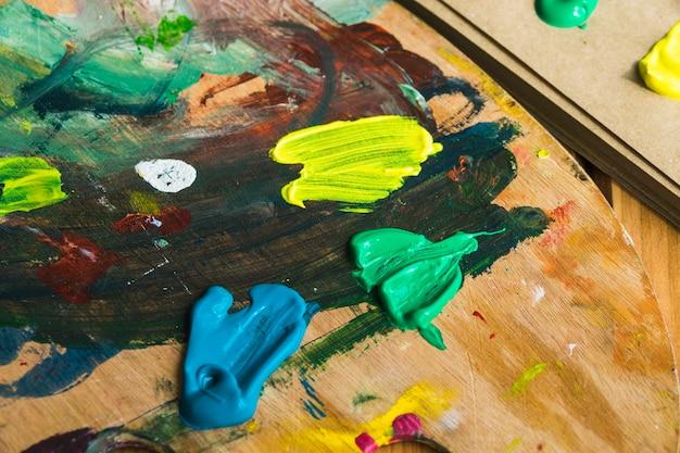 Manchas de tinta na paleta de madeira