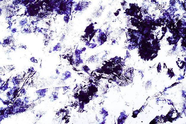 Manchas e manchas azuis em um branco.