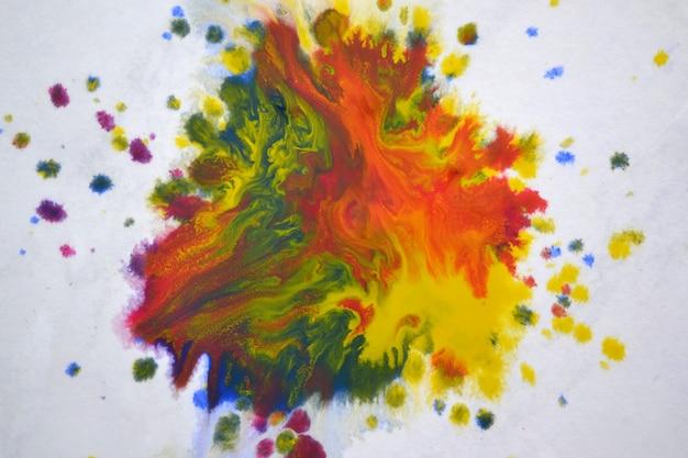 Manchas grandes isoladas, manchas de respingos de cores misturadas em um fundo branco