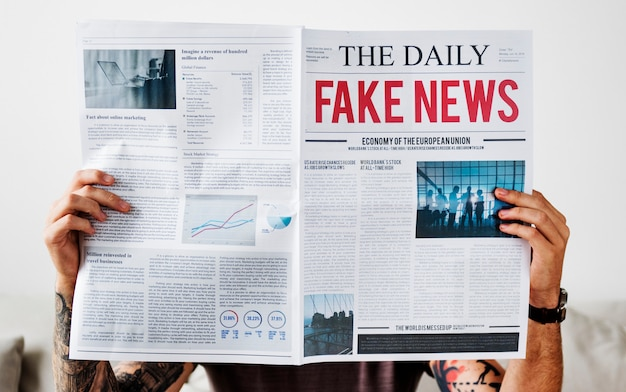 Manchete de notícias falsas em um jornal