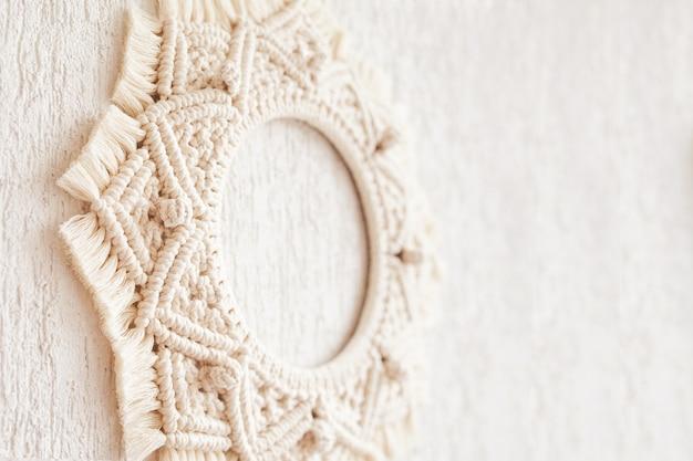 Mandala macramê. macrame se espalham em um fundo branco close-up. fio de algodão natural. eco decoração da casa. copie o espaço