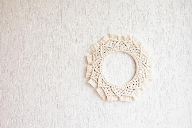Mandala macramê. o macramé se espalha sobre um fundo branco. fio de algodão natural. eco decoração da casa. copie o espaço