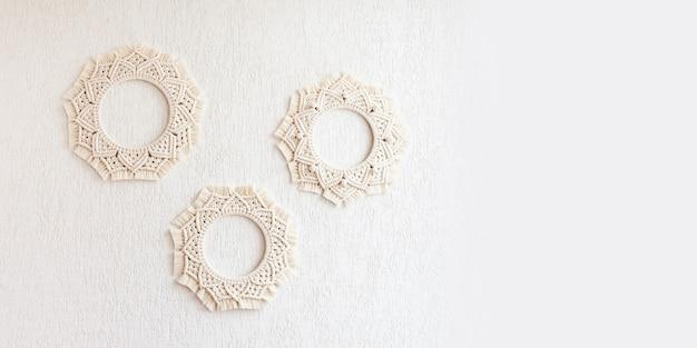Mandalas macramé. coroas de macramé em um fundo branco. fio de algodão natural. eco decoração da casa. foco suave. copie o espaço