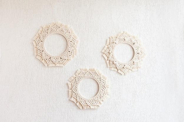 Mandalas macramé. coroas de macramé em um fundo branco. fio de algodão natural. eco decoração da casa.