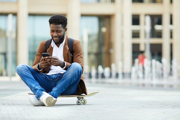 Mandar um jovem afro-americano na praça da cidade