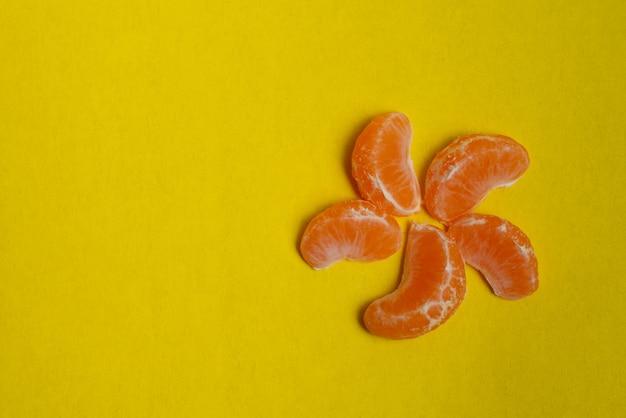 Mandarim e fatias de citros em amarelo