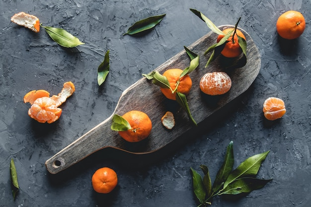 Mandarim laranja fresco na tábua de madeira. eco vegetariano. pnov2019