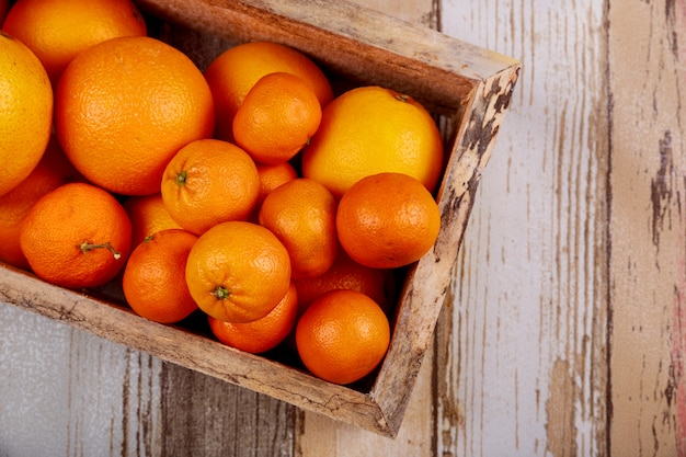 Mandarim ou tangerinas na caixa de madeira.