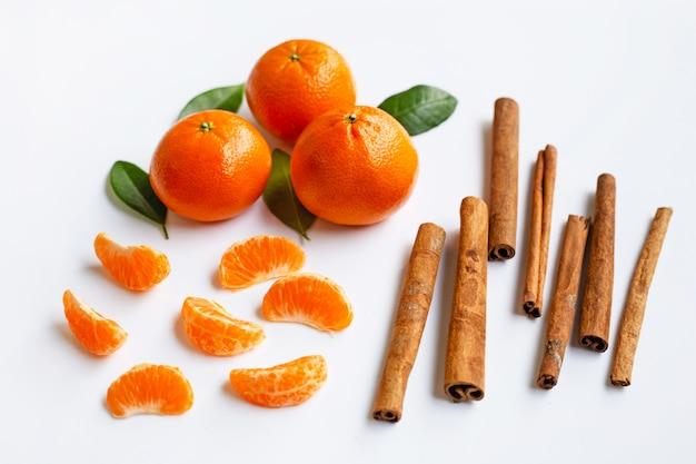 Mandarina com canela em pau branco