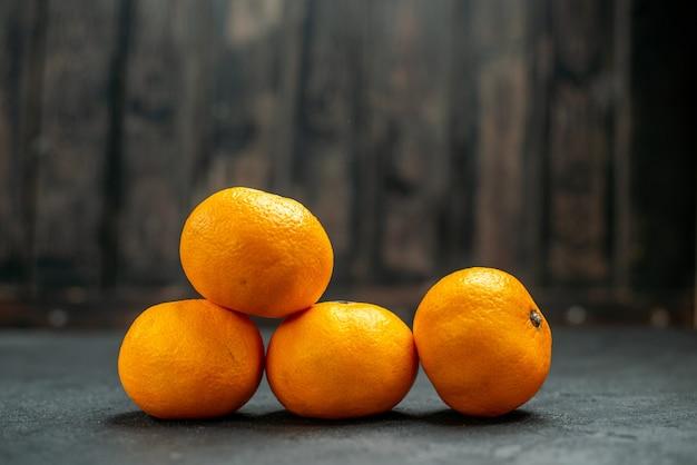 Mandarinas de vista frontal em espaço livre escuro