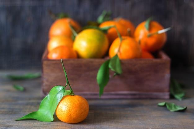 Mandarinas em uma caixa de madeira. estilo rústico.