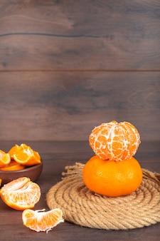 Mandarinas na corda na superfície marrom