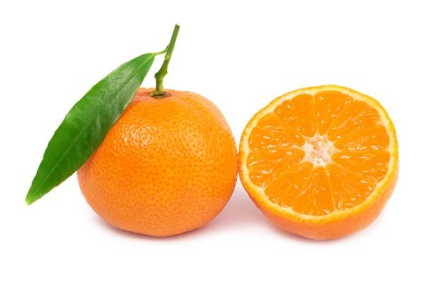 Mandarinas orane com folha verde isolada