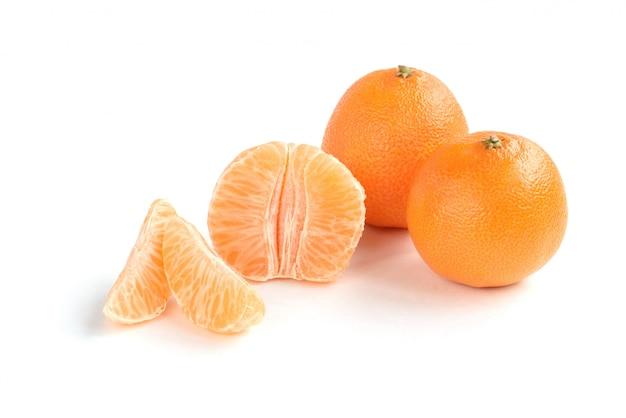 Mandarino isolado no fundo branco.