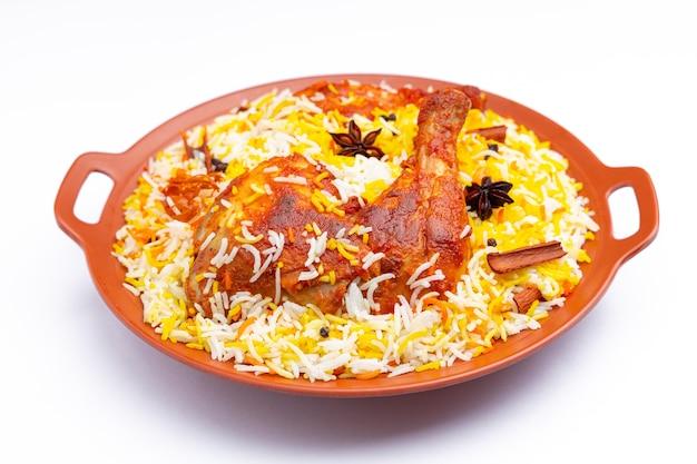 Mandi chicken biryani frango indiano biryani usando arroz basmati e guarnecido com especiarias