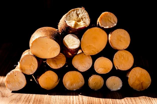 Mandioca, também chamada de mandioca, mandioca, balinghoy, mogo, mandioca, kamoteng kahoy, tapioca e raiz de mandioca
