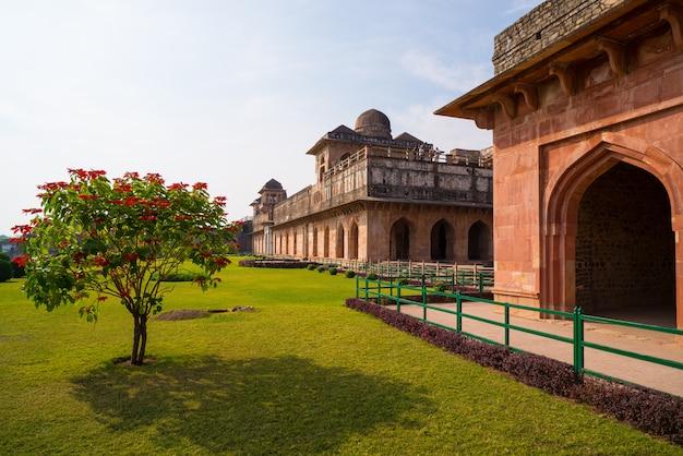 Mandu índia, as ruínas afegãs do reino do islam, o monumento da mesquita e o túmulo muçulmano. jahaz mahal.