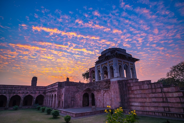 Mandu índia, as ruínas afegãs do reino do islam, o monumento da mesquita e o túmulo muçulmano.