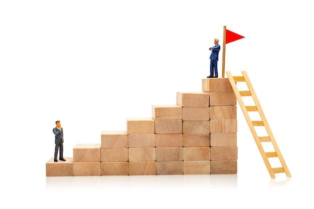 Maneira difícil e fácil de atingir a meta conceito de crescimento na carreira um empresário na bandeira