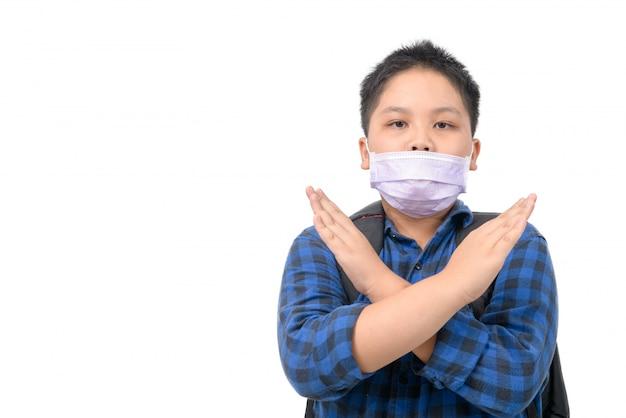 Maneira errada de usar máscara cirúrgica, estudante vestindo uma máscara cirúrgica da maneira errada, isolada na