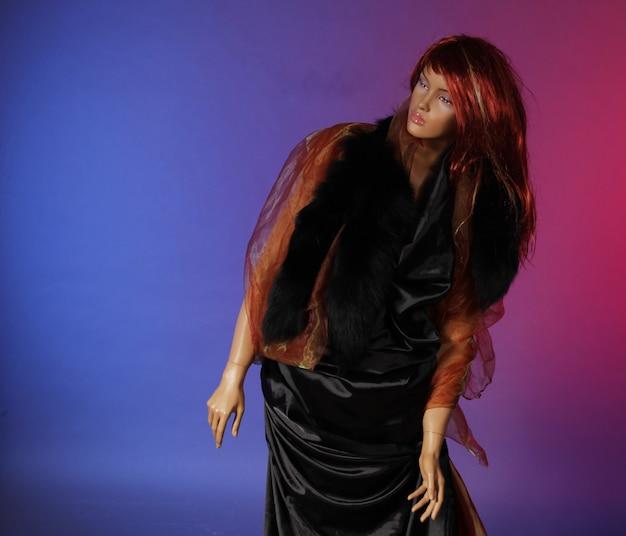 Manequim com cabelo ruivo, foto de estúdio, close-up