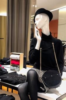 Manequim com roupas elegantes em loja de roupas femininas