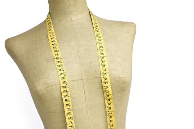 Manequim de alfaiate com fita métrica isolada