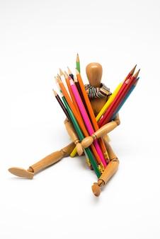 Manequim de madeira com tintas coloridas