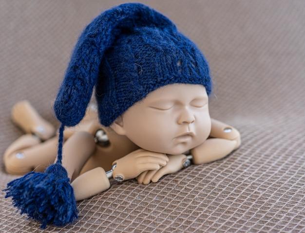 Manequim de recém-nascido para foto posando
