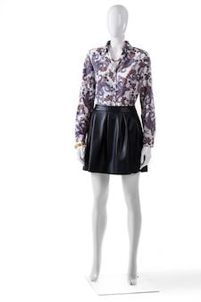 Manequim de saia e camisa. camisa floral feminina com saia. roupa de noite da moda com joias. roupas caras do novo catálogo.