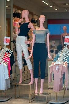 Manequim feminino em uma loja de roupas femininas.