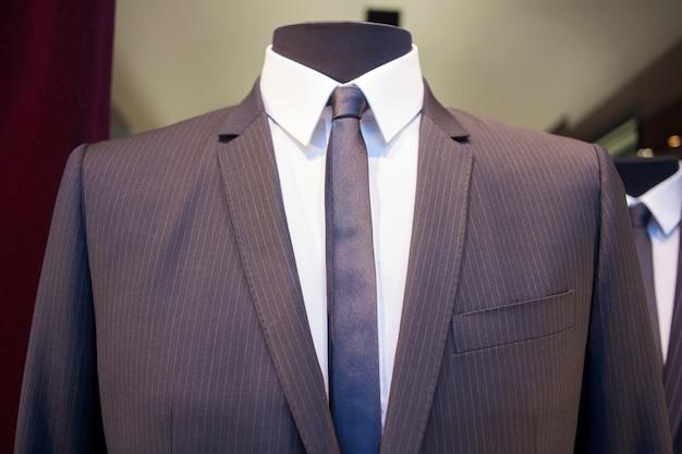 Manequim masculino com roupas