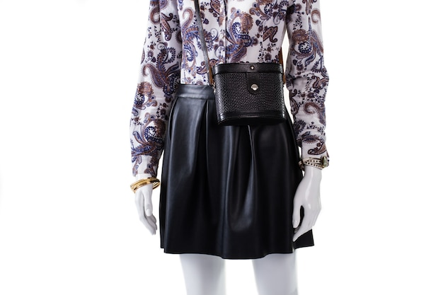 Manequim usando bolsa e relógio. bolsa vintage feminina com relógio. saia de couro e acessórios vintage. roupa de noite de primavera em exibição.