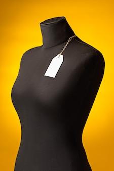 Manequim vazio, etiqueta de preço de venda pendurada na casa do botão. conceito de compras e venda