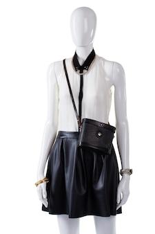 Manequim vestindo blusa com bolsa. blusa sem mangas e bolsa retrô. bolsa vintage feminina e acessórios. conjunto com bolsa em exibição.