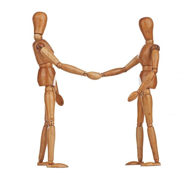 Manequins de madeira apertando as mãos, cooperação de negócios