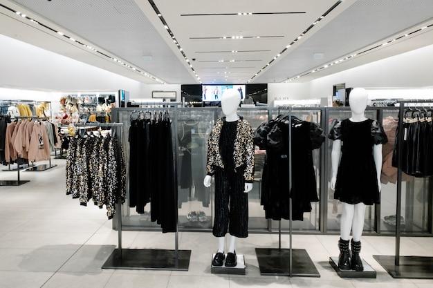 Manequins vestidos com roupas casuais de crianças do sexo feminino na loja do centro comercial